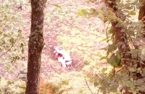 Dos heridos tras caer  auto a profundo barranco