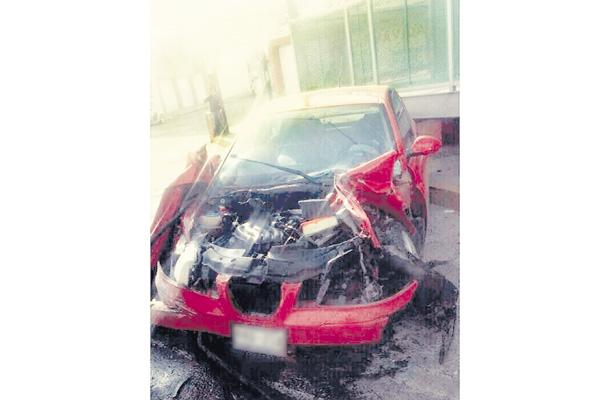 Ocupantes de auto compacto salen ilesos en brutal choque
