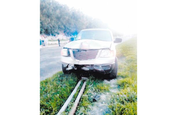 Camioneta se impacta y derriba poste de alumbrado público