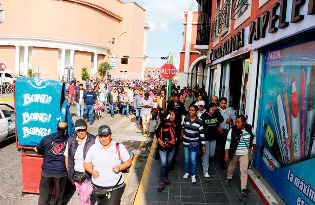 Comerciantes ambulantes marchan por calles de Pachuca