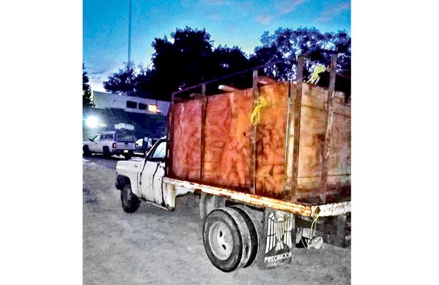 Sospechosos dejan abandonada camioneta con bidones que contenían hidrocarburo