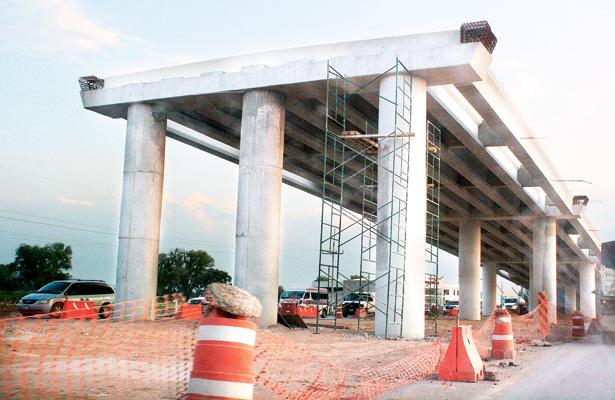 Construcción de puente dificulta tráfico de automotores diariamente