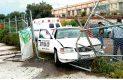 Camioneta proyecta a taxi contra una malla