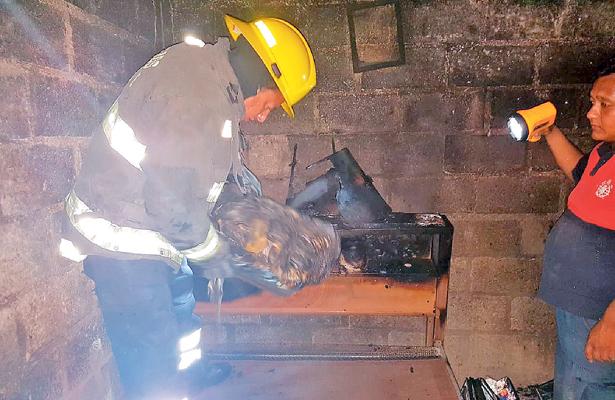 Voraz incendio en casa; PC combate las llamas