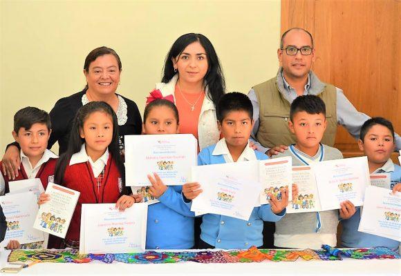 Derechos Humanos entrega a niños de Tasquillo carta magna edición especial