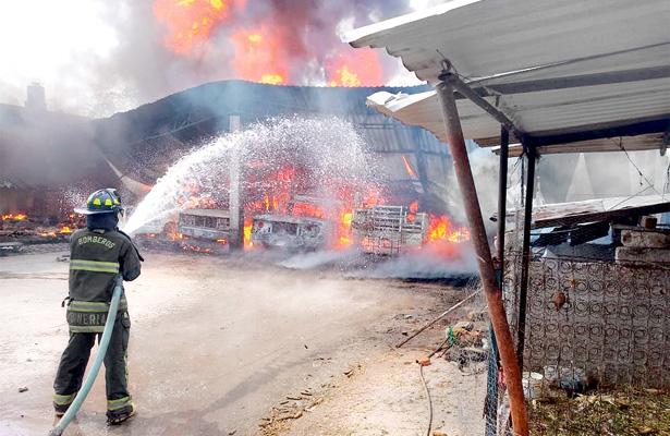 Se incendia vivienda en Mixquiahuala donde almacenaban huachicol