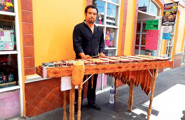 Muestra talento con diversos instrumentos musicales