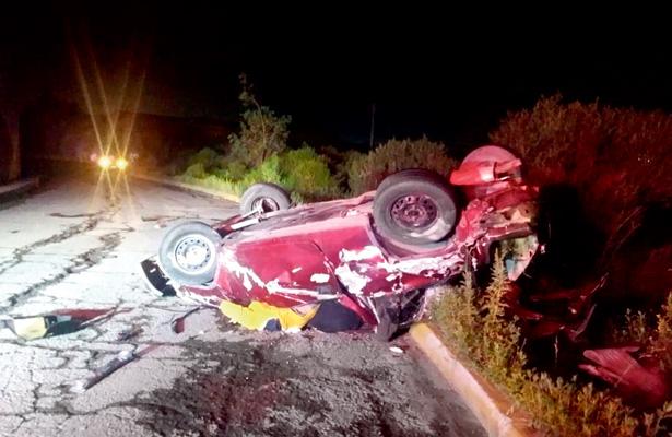 Murieron aplastados por auto al caer de un puente