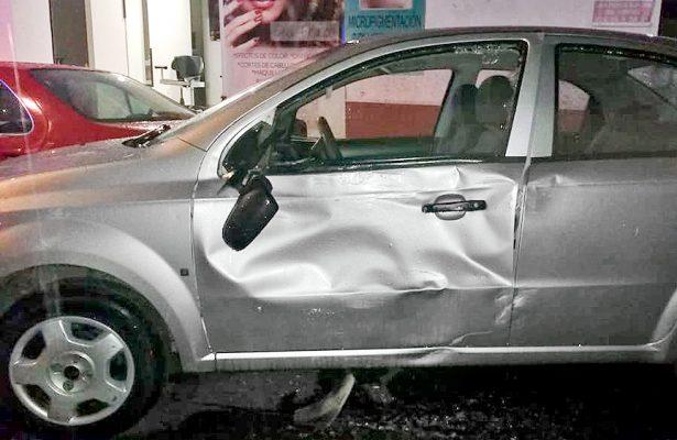 Percance automovilístico en céntrica calle de Tulancingo