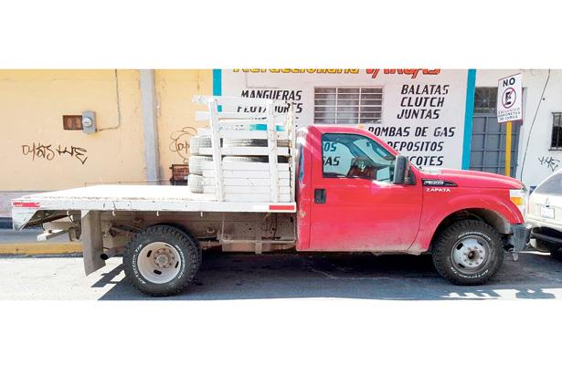 Roban camioneta en mina de materiales
