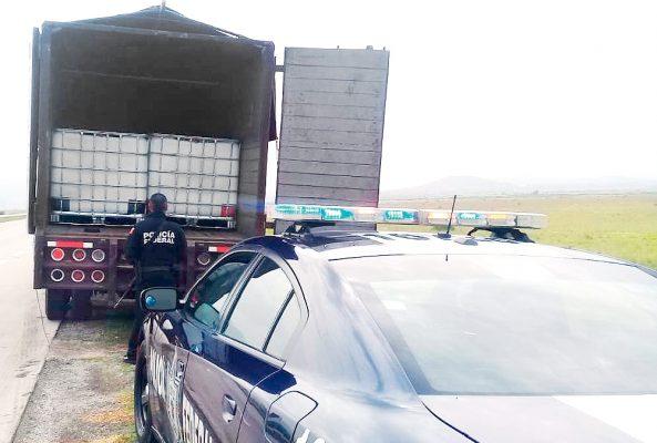 Camioneta de redilas trasladaba huachicol
