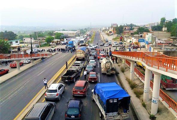 Cerraron la carretera federal tula-jorobas para exigir que la SEP les asigne maestros