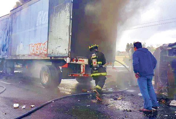Fuego envuelve tráiler cargado de refrigeradores