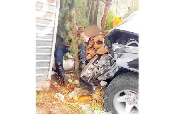 Camioneta choca contra vehículo y se lleva puesto de tamales