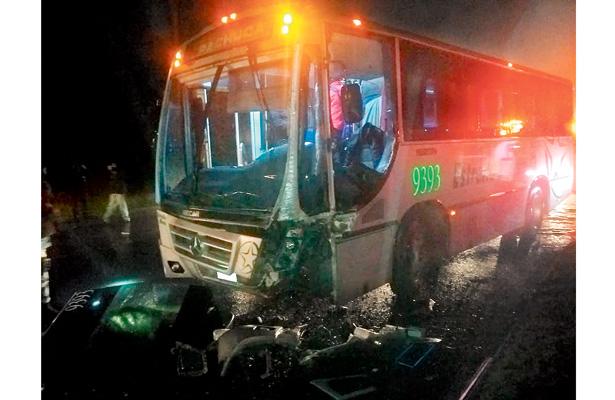 Autobús choca contra tráiler; cinco lesionados