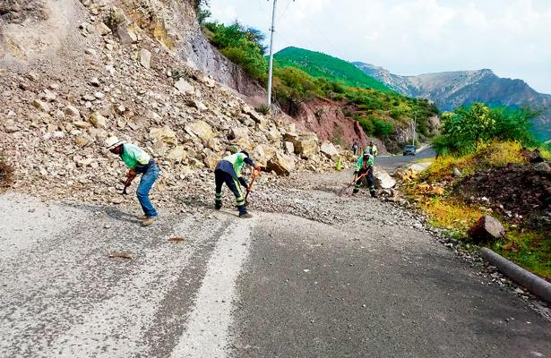 Liberan tramo carretero tras derrumbe en Zimapán