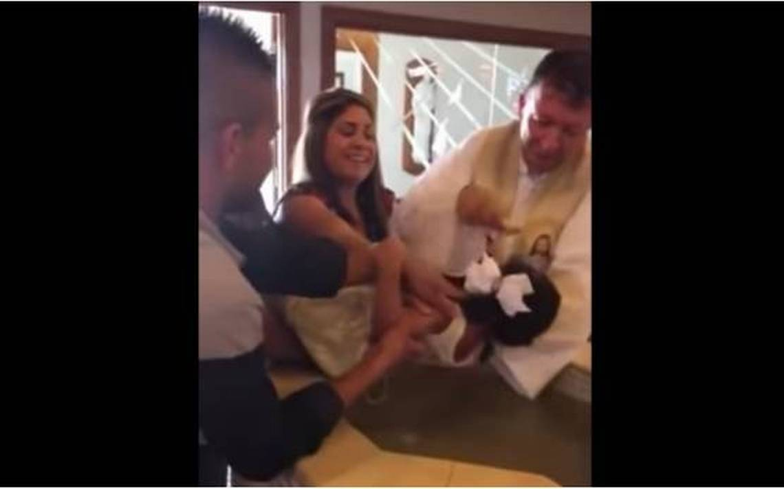 ¿Exorcismo? Niña es bautizada e insulta al sacerdote con tremenda grosería