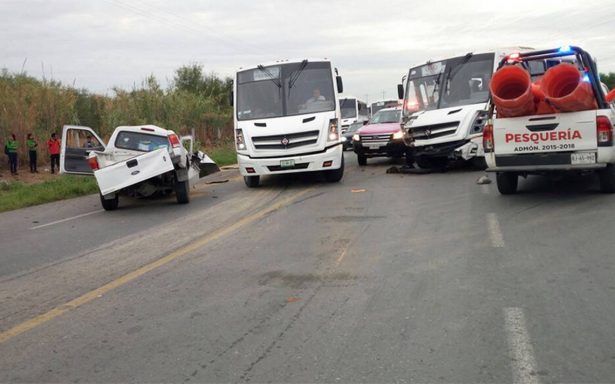 Un muerto y 13 lesionados al chocar camión con personal de Kia