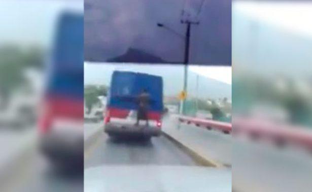 [Video] Hombre viaja colgado en Transmetro y se convierte en #LordMosca