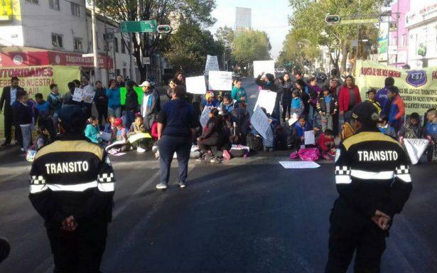 Padres y niños bloquean Eje 3 Sur, exigen apertura de escuela