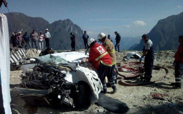 Tres muertos deja desbarranque de auto; se dirigían a las grutas de Tolantongo