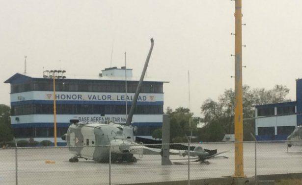 Fuertes vientos destrozan hangar y vuelcan helicóptero en base aérea de Monterrey