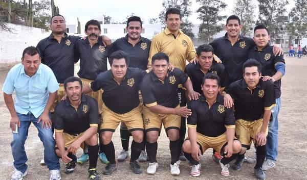 Los Buitres Ex A. Narro obtuvieron un gran triunfo en el torneo de Veteranos. Foto: Martín Martínez / El Sol de Irapuato