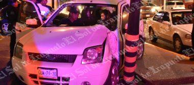 Conductor se impacta contra luminaria de plaza comercial
