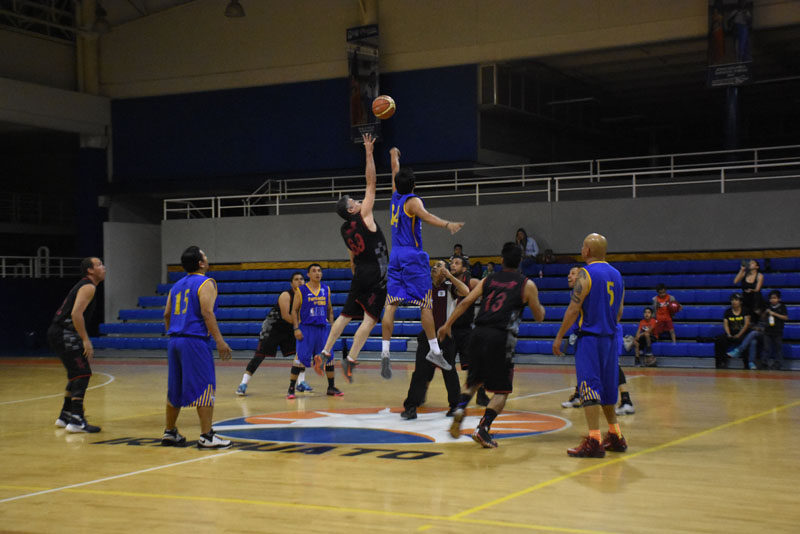 INICIO parejo fue el que desarrollaron ambos equipos. Foto: Marco Bedolla / Sol de Irapuato