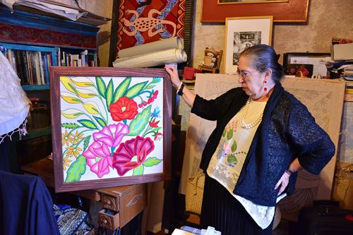 Hoy jubilada, convertida en artista del Bordado