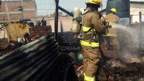 Fuego consume cacharros y tinaco de planta alta de vivienda