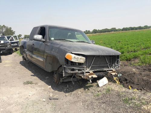 Localizan camioneta desvalijada con reporte de robo vigente