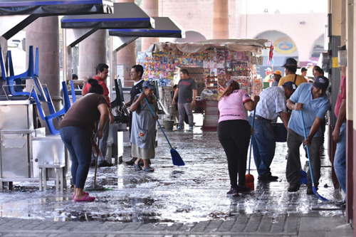 Limpian plazas públicas