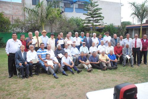 CERRARON con broche de oro el centenario de la fundación del ACJM con la fotografía del recuerdo.