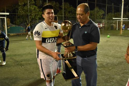 LA ENTREGA del trofeo a los campeones del torneo, Los Chaskas. Foto: Ricardo Sánchez / Sol de Irapuato