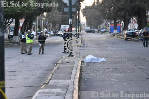 Motociclista muere tras impactarse sobre camellón central