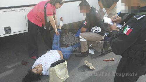Urbano arrolla a mujer; la trasladan con lesiones considerables