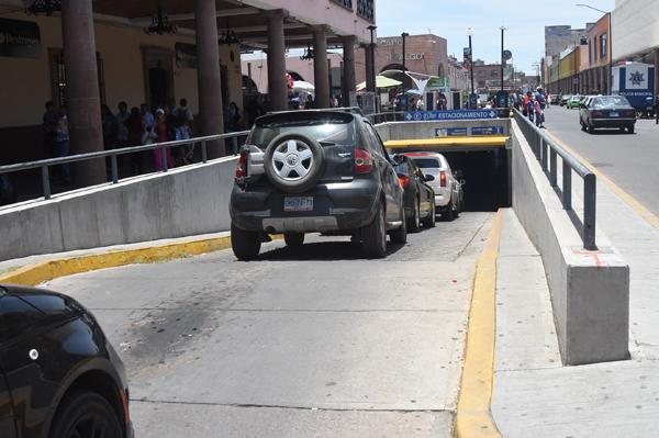 Localizan camioneta robada en estacionamiento subterráneo
