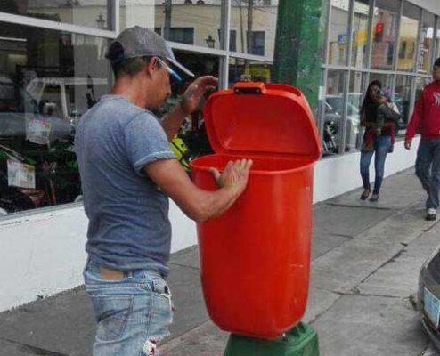 Vandalizan botes para la basura