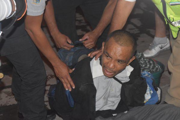 Victima de robo enfrenta a ladrón y lo entrega a la policía