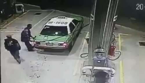 Graban a taxista irse sin pagar gasolina
