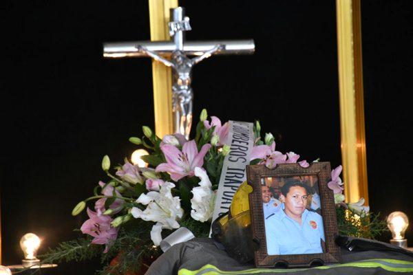 Velan restos de heroico bombero