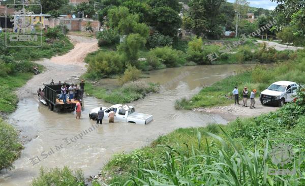 ¡Cae vehículo oficial al río Silao!