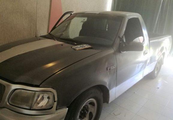Detienen policías municipales a pareja con camioneta con reporte de robo