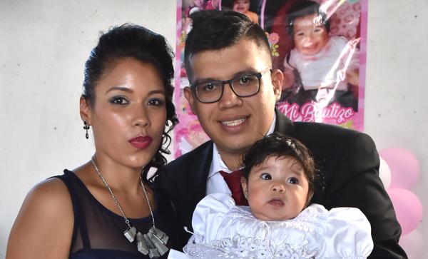 Es bautizada la pequeña Ximena Johana