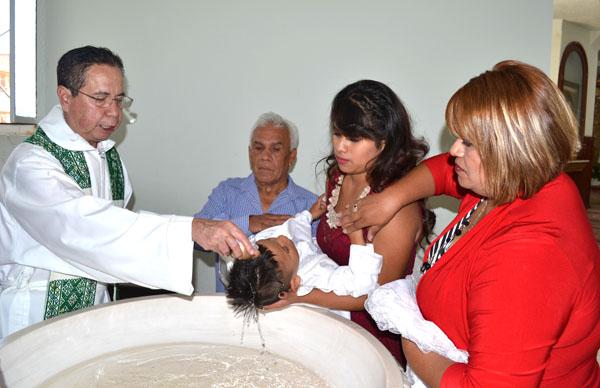 Es bautizado el pequeño Iker Gerardo