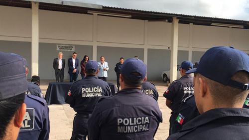 Entregan nuevos uniformes y equipo a policías