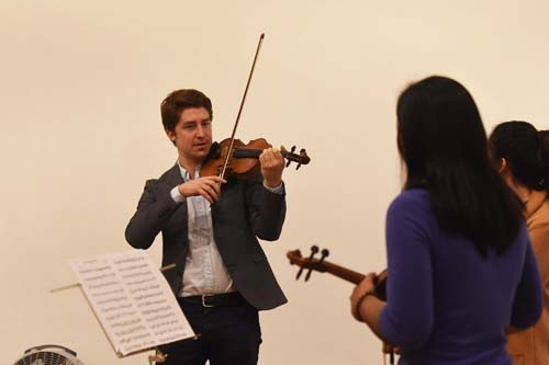Artistas del FIC dan clase de música a estudiantes
