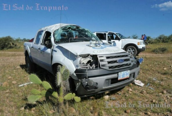 Vuelca camioneta con personal del sector salud