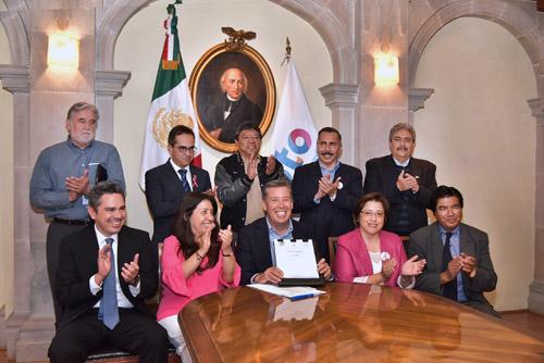 Firman iniciativa para la nueva ley del ISSEG